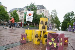 Atomkraftgegner_innern klettern vor dem Hauptbahnhof auf Laternenmasten und spannen Transparente gegen Atomkraft